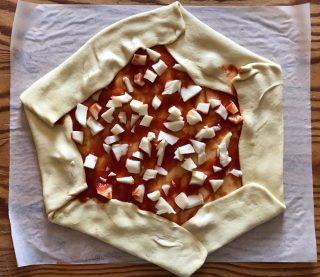 Condite le pizze con un filo di olio extravergine di oliva e qualche foglia di basilico.