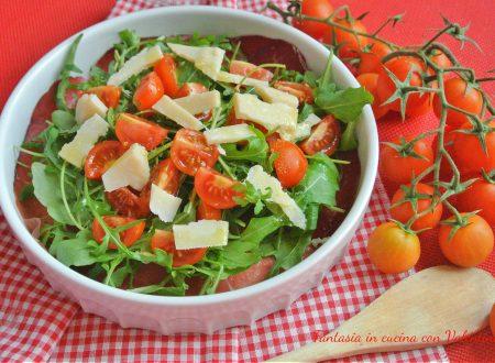 Carpaccio di bresaola rucola pomodorini e grana