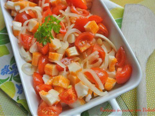 Insalata di surimi e pomodori