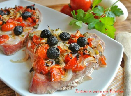 Trancio di tonno con pomodorini cipolle e olive