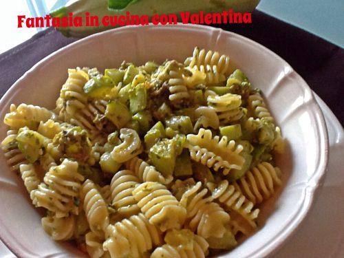 Pasta zucchine, tonno e pesto