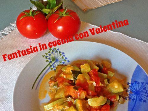 Zucchine con cipolle, capperi e pomodoro