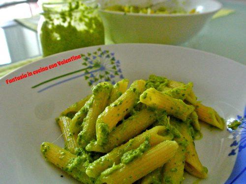 Pasta con pesto di foglie di broccoli e noci