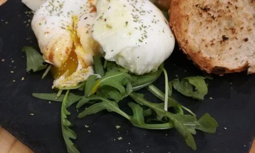 Uova Pochè speziate & Pane tostato con olio al peperoncino
