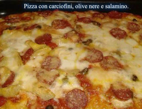 Pizza con carciofini, olive nere e salamino