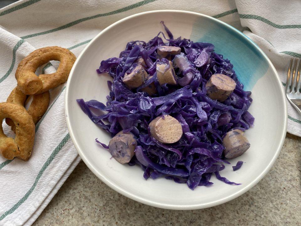 Cavolo viola in padella con salsicce vegetali