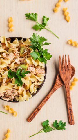 Bowl di pasta di piselli con tonno e pomodorini