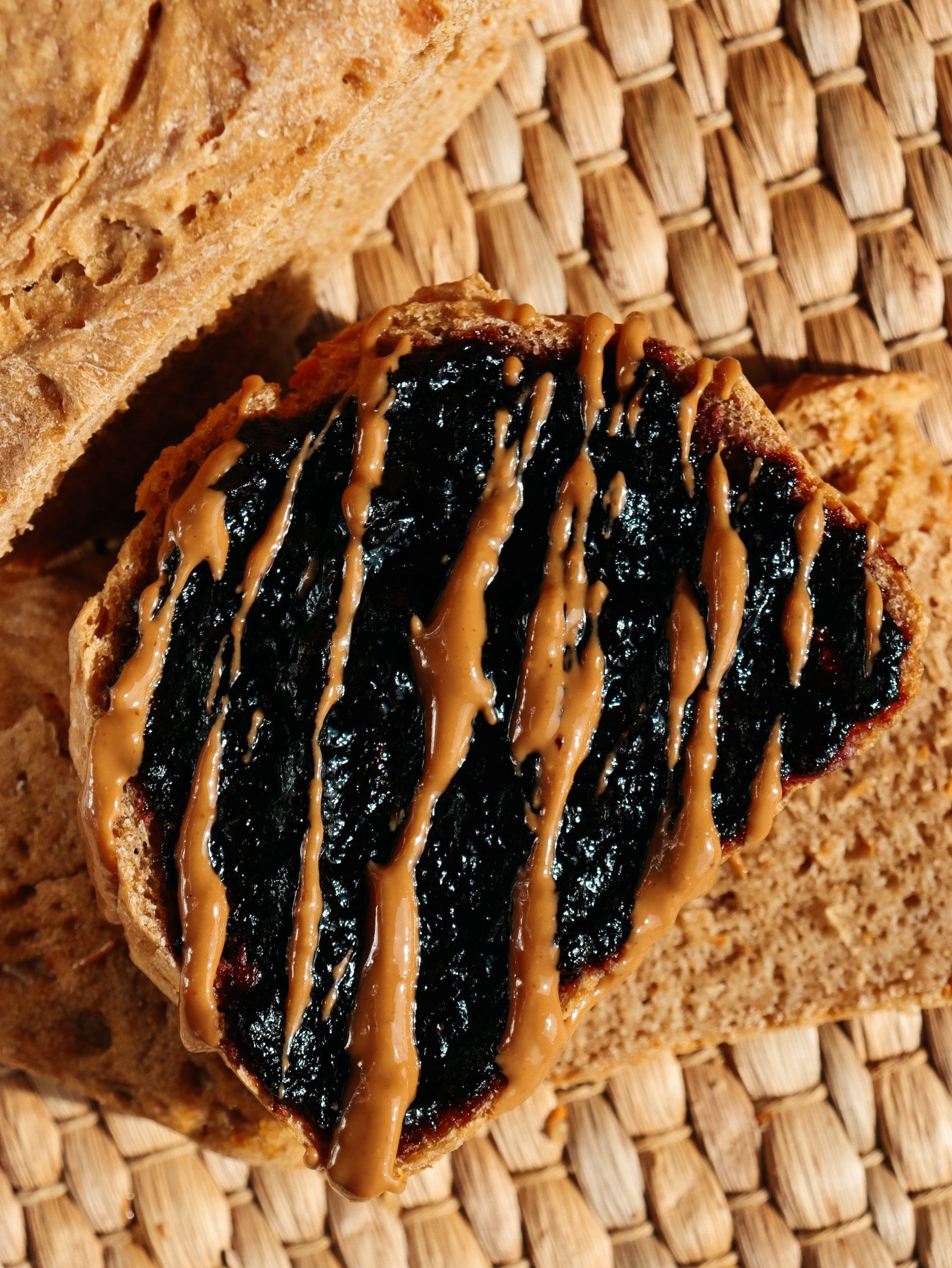 Pan di zucca con mirtilli e burro di arachidi