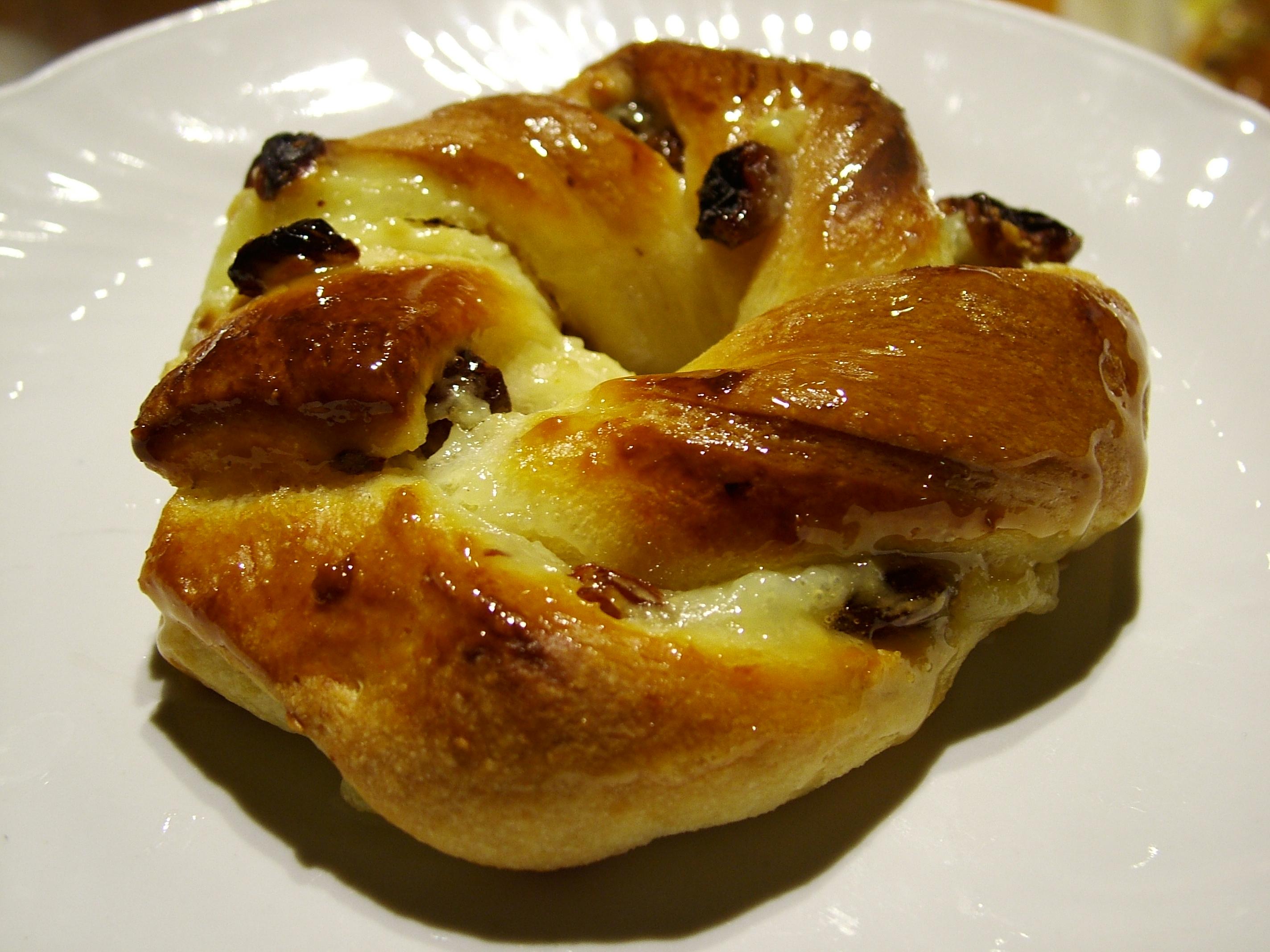 Ghirlande con crema pasticcera, uvetta e nocciole
