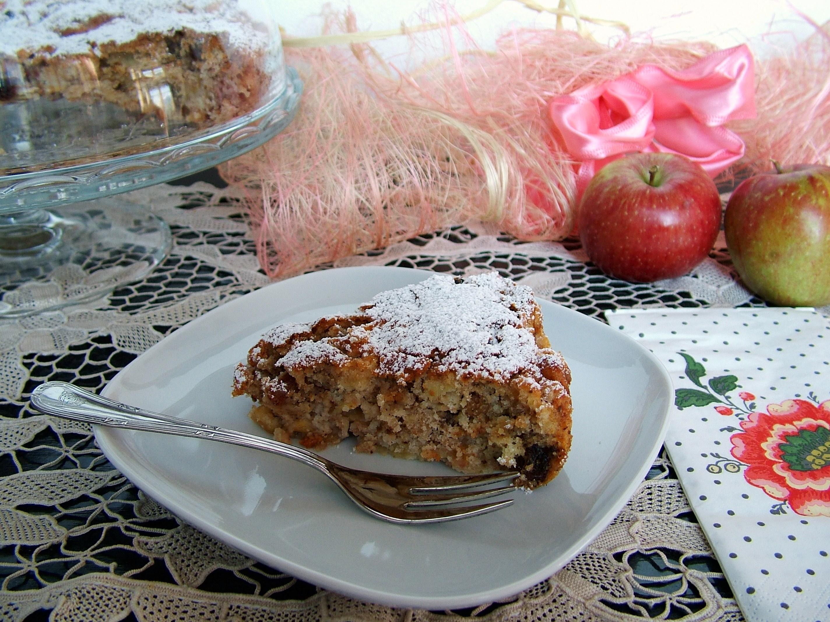 Torta speziata con mele, uvetta e noci
