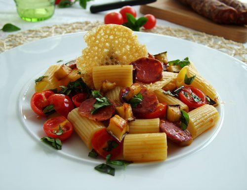 Mezzi rigatoni con melanzane, pomodorini e salsiccia calabrese
