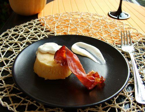 Flan di zucca con crema di formaggio allo zenzero e speck croccante