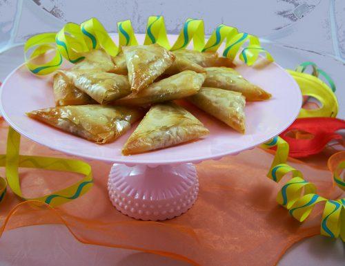Triangolini di pasta fillo con pere, sesamo e pistacchi
