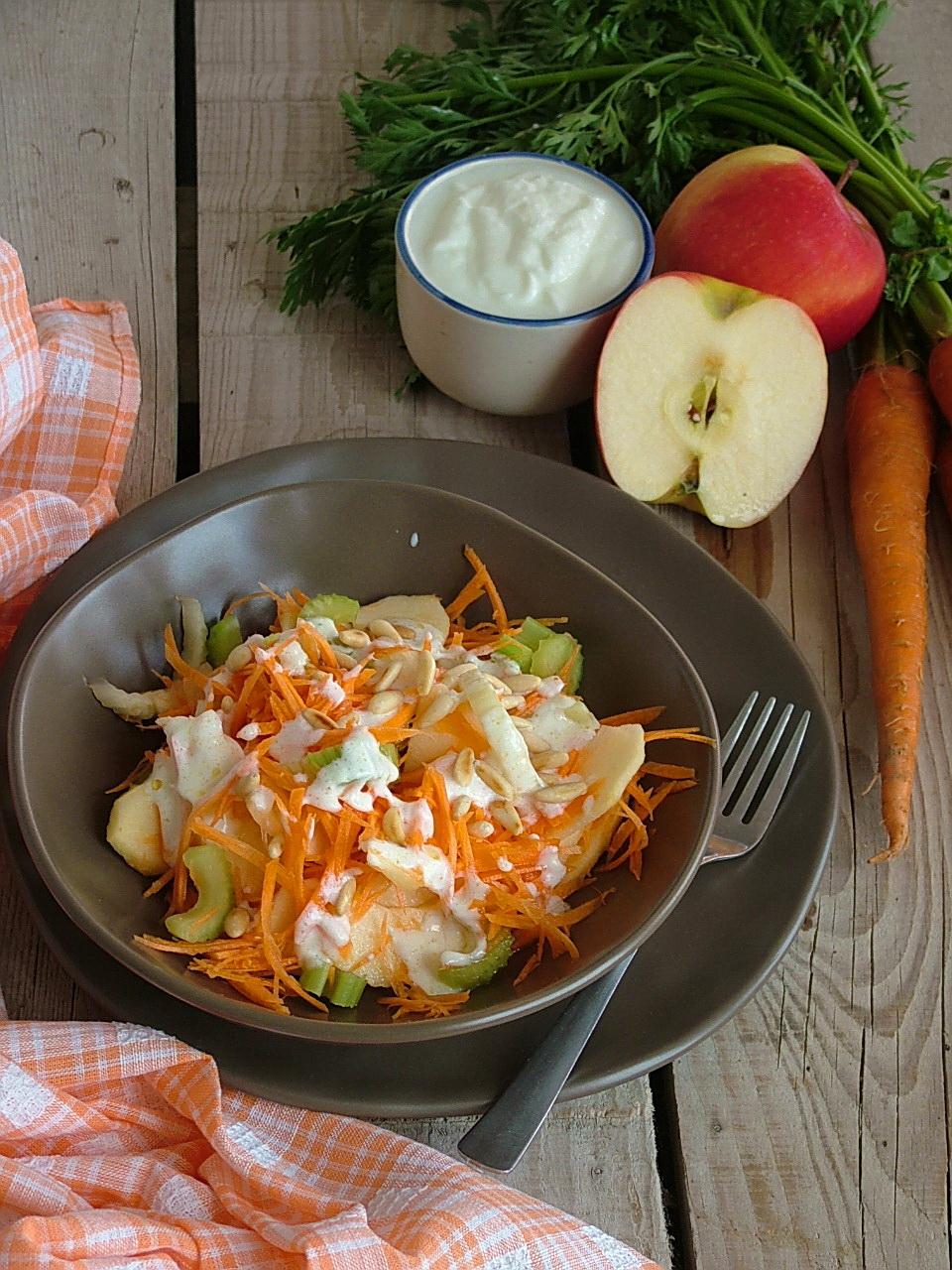 insalata con carote, sedano, mela e pinoli condita con yogurt