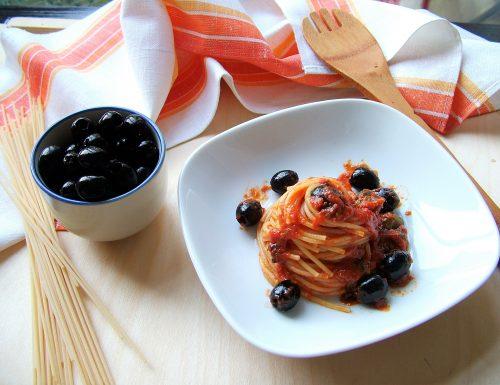 Spaghetti alla puttanesca (origine e ricetta)