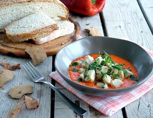 Gnocchi di pane al gorgonzola su crema di peperoni