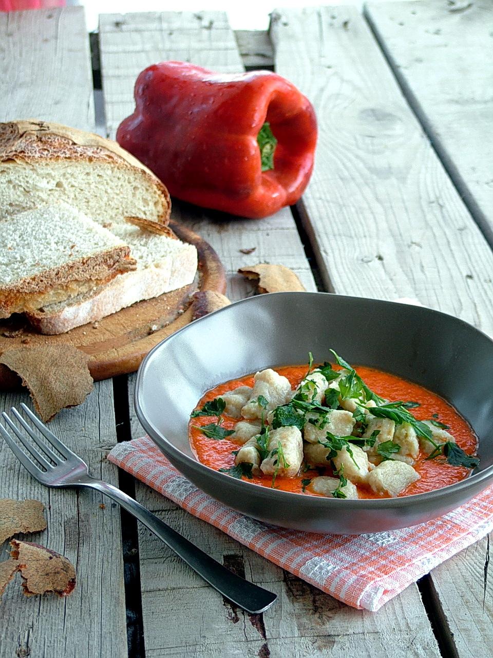 gnocchi di pane raffermo al gorgonzola su crema di peperoni