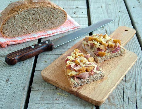 Crostone di pane di segale con petto d'anatra marinato al sidro di mela e toma d'alpeggio