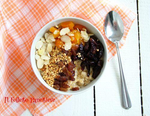 Porridge con frutta secca e miele