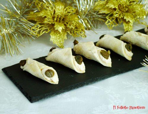 Finger food cannoli di pane con mousse di pollo