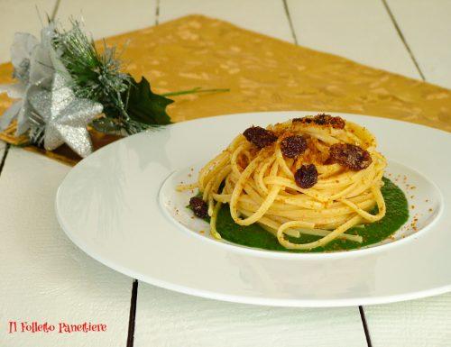 Spaghetti con bottarga e uvetta su crema di spinaci