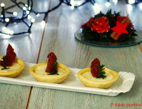 Tartellette di pasta brisè con crescenza, cipollotti e pomodori secchi