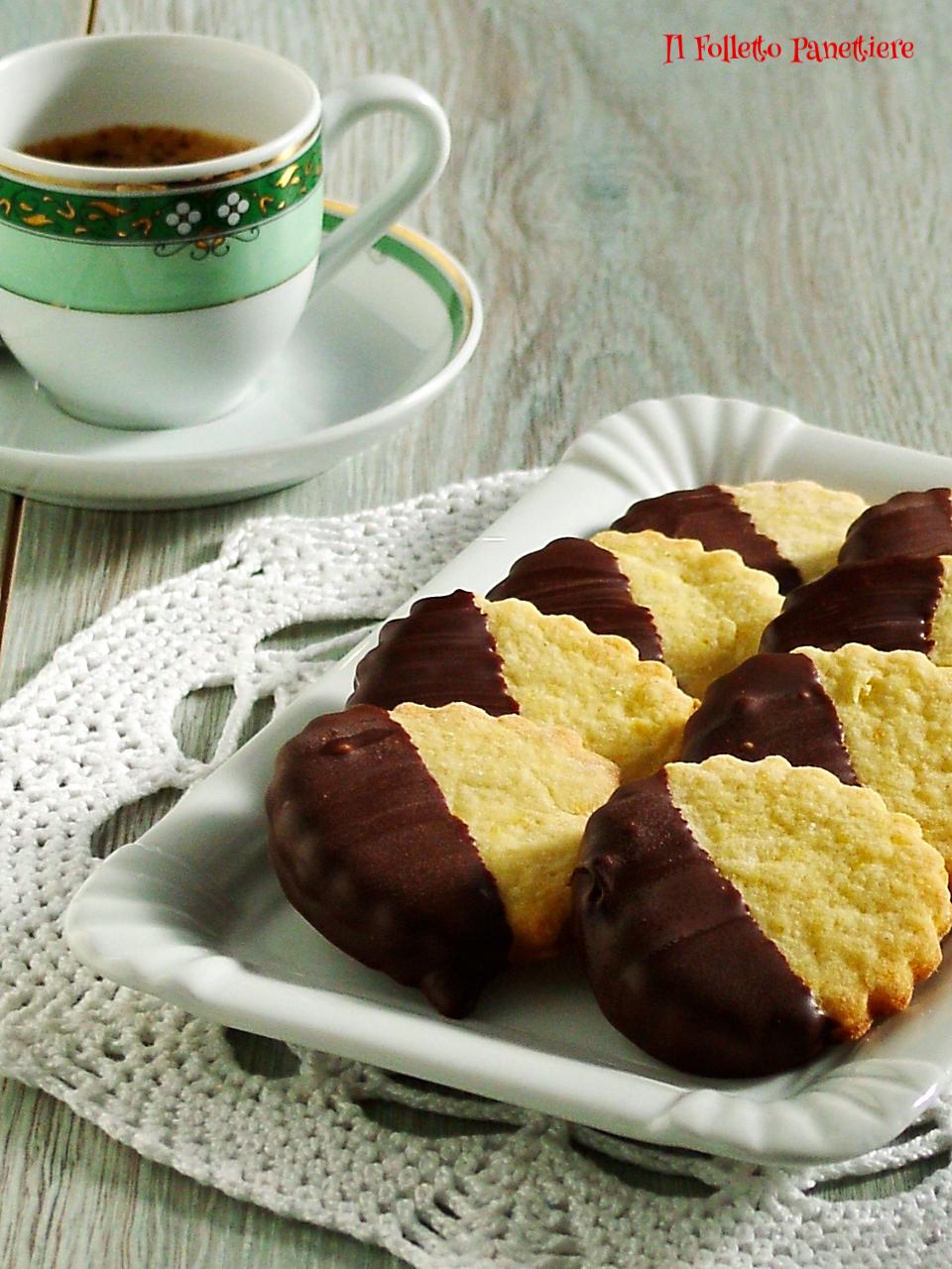 biscotti all'arancia ricoperti di cioccolato