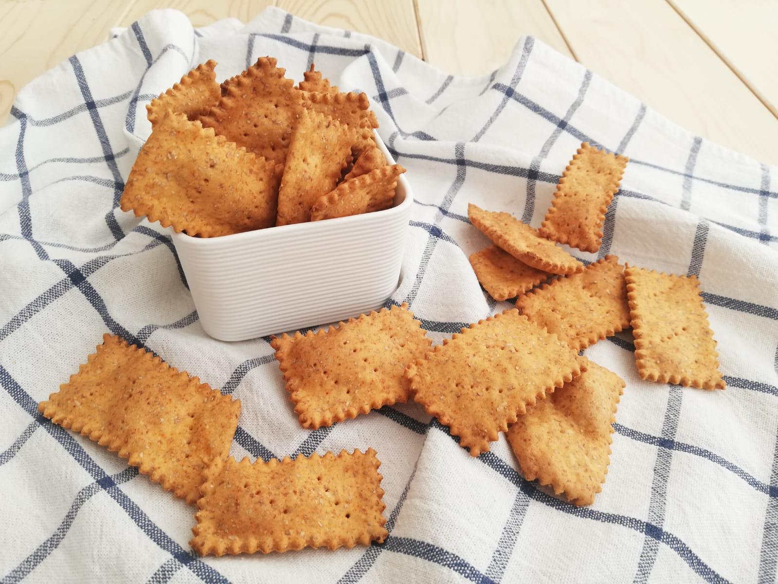 crackers fatti in casa alla paprika orizz