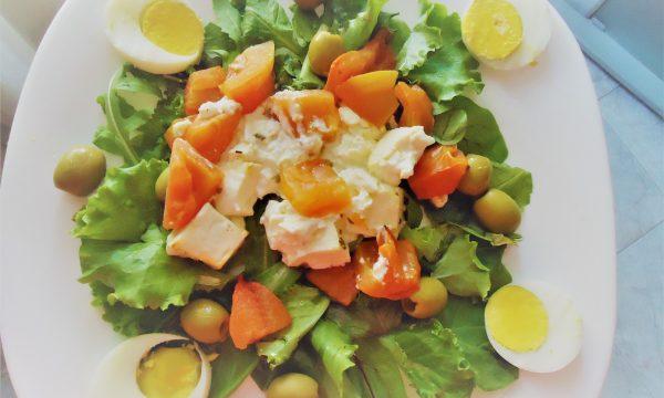Insalata verde con feta pomodori ed erbe aromatiche