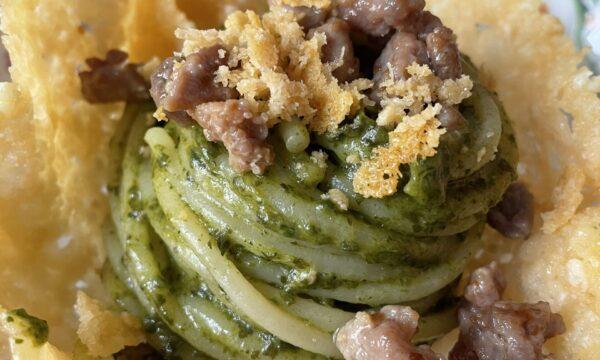 Cestini di parmigiano con spaghettoni al pesto di friarielli e salsicce