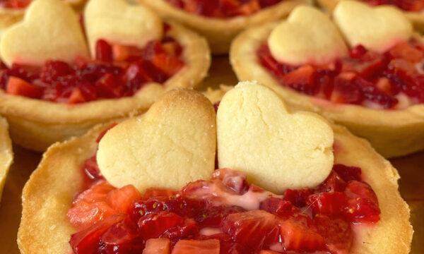 Crostatine con crema pasticcera e fragoloni