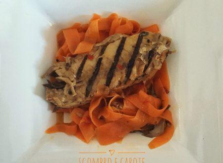 Filetti di sgombro su nastri di carote