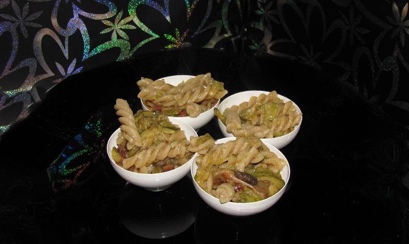Fusilli con zucchine, funghi e pancetta, ricetta finger food
