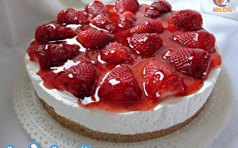 Cheesecake con topping alle fragole e fragole fresche