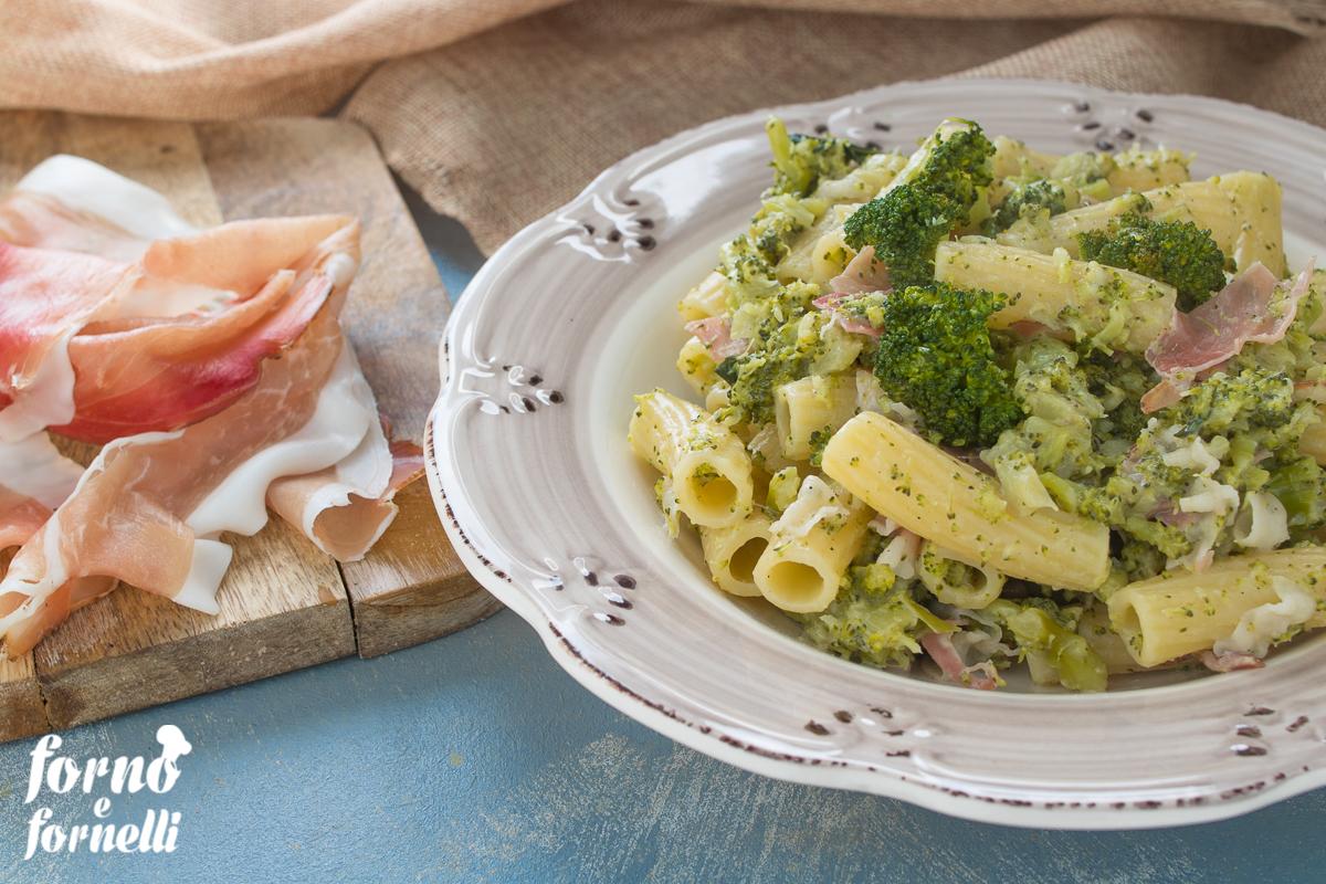 pasta con broccoli, speck e acciughe