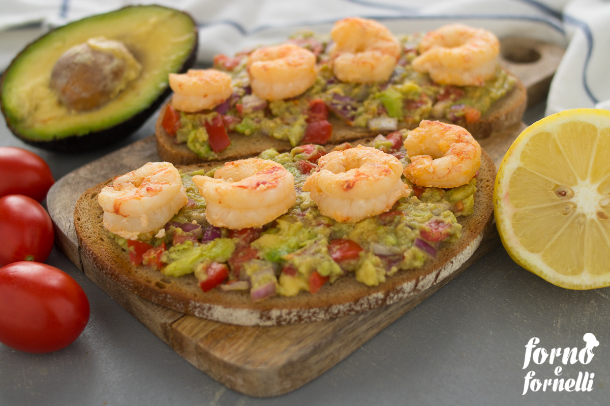 Crostoni guacamole e gamberi