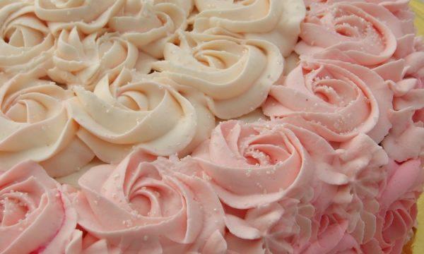Torta con rose di crema