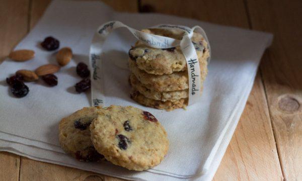 cookies alle mandorle, fiocchi di avena e cranberries