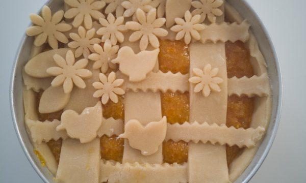 Crostata decorata con intreccio e fiori