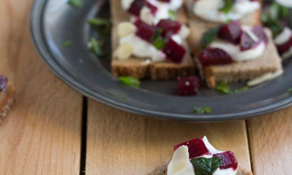 Crostini di pane di segale, barbabietola e yogurt greco