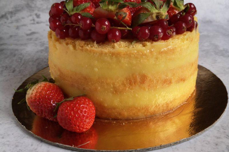 Naked cake con crema e frutta senza lattosio