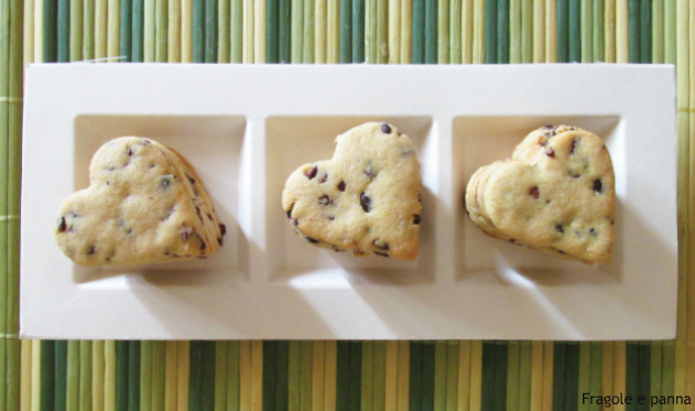 Biscotti con farina di kamut e fave di cacao crude