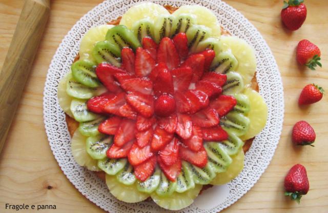 Crostata con fragole ananas e kiwi