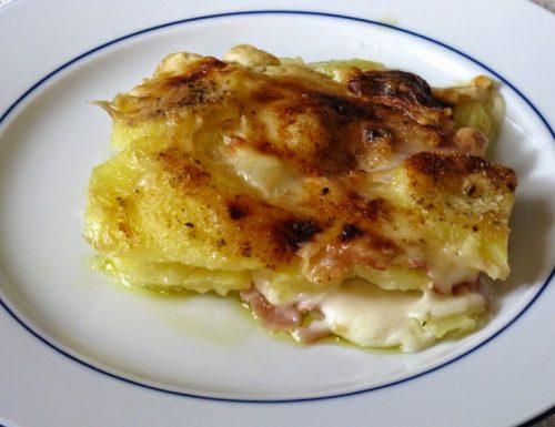 Lasagna di patate con prosciutto e mozzarella