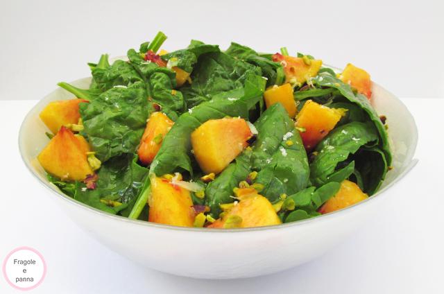 insalata di spinaci, pesche e frutta secca