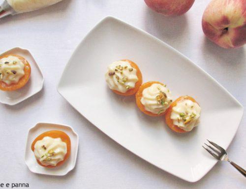 Pesche sciroppate con crema pasticcera e pistacchio