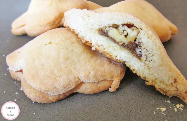 Biscotti al burro con ripieno di marmellata ai fichi e noci