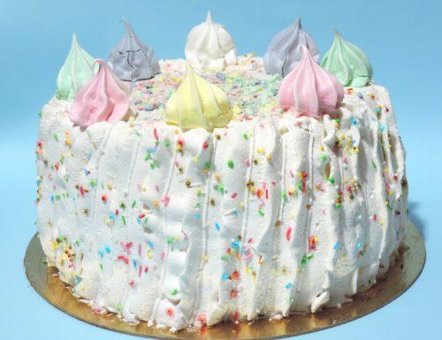 Chiffon cake con panna e meringhe