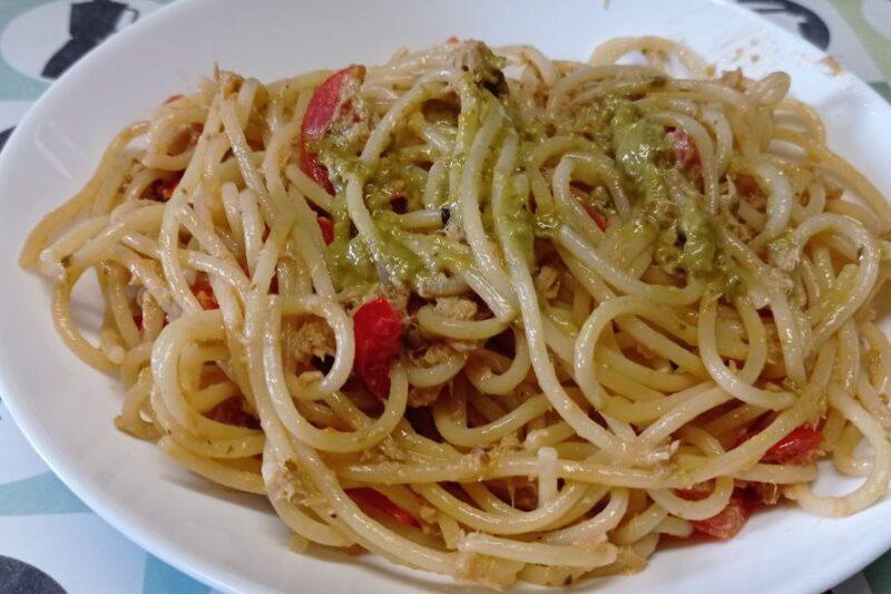 Spaghetti pesto, tonno e pomodorini.