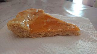 Fetta di crostata alla marmellata di albicocche